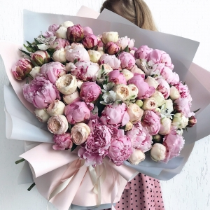 Букет 127 из пионов и пионовидных роз