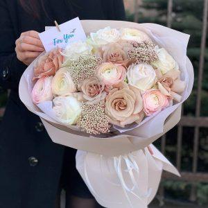 Букет 91 с розами и ранункулюсами