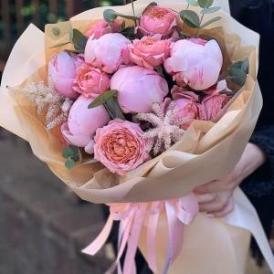 Букет 272 с кустовыми пионовидными розами и пионами